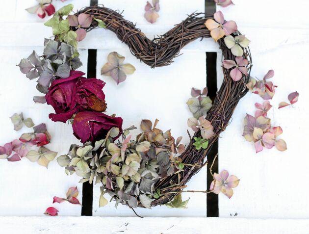Dags att leka med blommorna. Här blir de en vacker krans tillsammans med några torkade rosor.