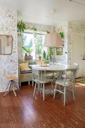 Original. Bord, stolar och soffa är byggda för detta kök och har stått här sedan huset byggdes av Tomas farfar och farmor.