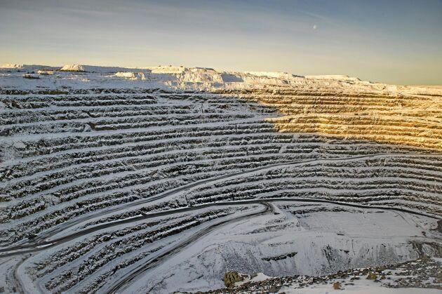 Det stora dagbrottet i Aitik är ett av världens största för brytning av kopparmalm, det är drygt 400 meter djupt. Boliden Mineral vill fortsätta ytterligare ett par hundra meter.