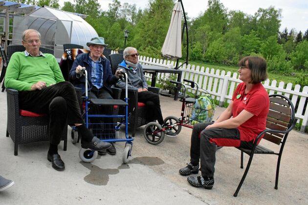 Lennart Nilsson, Arne Kjellson och Åke Bengtsson kopplar av tillsammans med Marie Svensson.