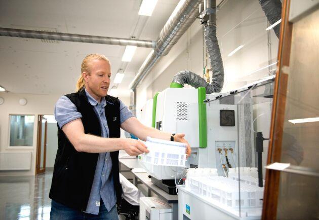De tomma provrören ska snart innehålla jord från fält över hela Sverige. Laboratoriet har också en hemsida där analyser kan beställas, berättar labbchefen Pär Davidsson.