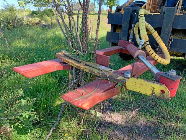 Buskryckaren drar upp buskarna med rötter och kan användas till mekanisk bekämpning av buskar på naturbeten.