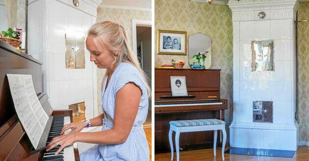 Emmelie spelar ofta på pianot hemma i huset och har valt att vara hemma med barnen när de är små.