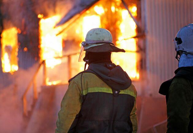 En kraftig brand rasade under söndagsmorgonen i en ladugård och ett intilliggande hus utanför Varberg. (Arkivbild)