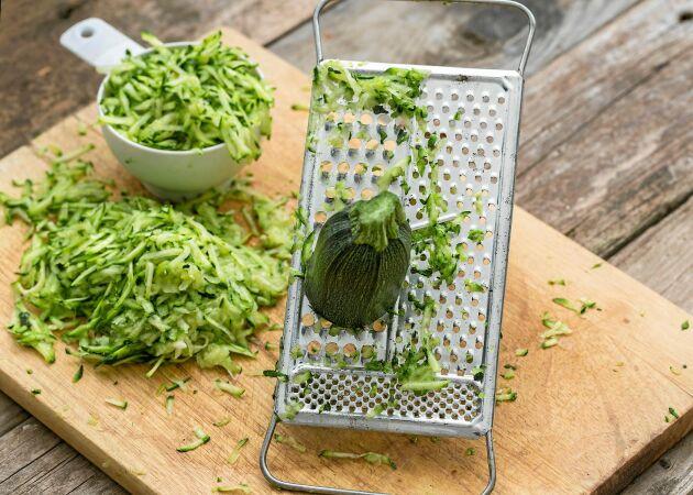 Torka, frys in, baka – så tar du hand om all zucchini!