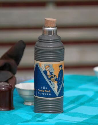 Även termosen, eller den så kallade kaffeflaskan, är av gammalt slag.