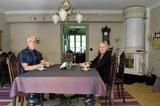 Paret Larson bor själva i ett av husen på gården.