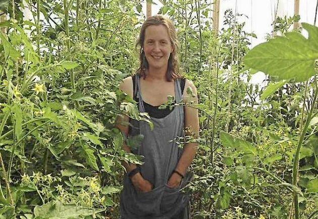 Elisiv Lindroth i Alunda visar sin ekologiska odling i Öppen Trädgård 2018.