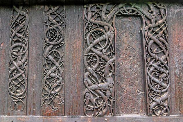 Träväggen på Urnes stavkyrka med vikingamönster.