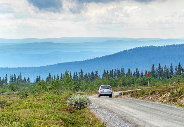 Ny forskningsrapport vill ha lägre kilometerskatt för bilkörning på landsbygden.