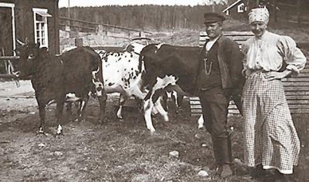 Ester Blenda Nordström med den intet ont anande bonden på Jogersta strax väster om Nyköping.