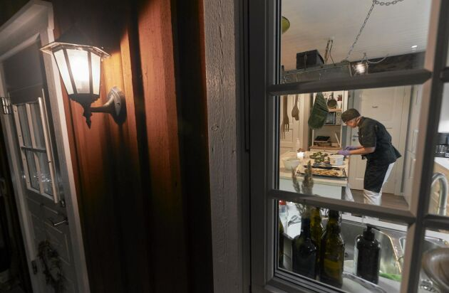 Susanne jobbar in i det sista med kvällens meny.