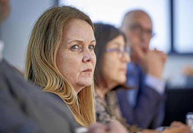Landsbygdsminister Jennie Nilsson säger att samtal pågår med naturbruksgymnasierna om åtgärder för att minska arbetskraftstbristen i lantbruket. Men Naturbruksskolornas förening har inte fått någon direkt fråga.