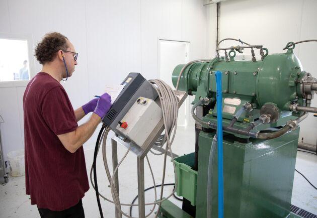 SLU-forskaren Bill Newson, en av personerna bakom idén till fabriken, övervakar stegen efter att juicen pressats.