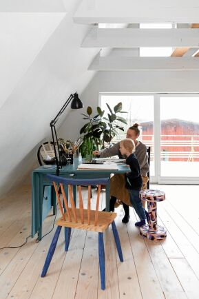 Lina och sonen Gunnar målar akvarell. När familjen växte blev Linas ateljé sovrum. A-framehuset ger nya möjligheter.