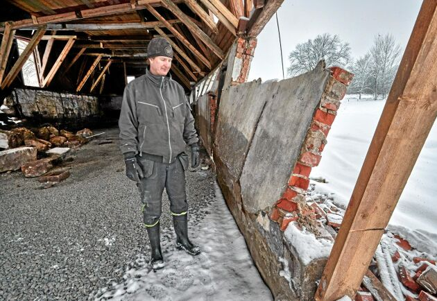 Under bygget rasade en bärande stenvägg. Nu är risken stor att hela huset faller.