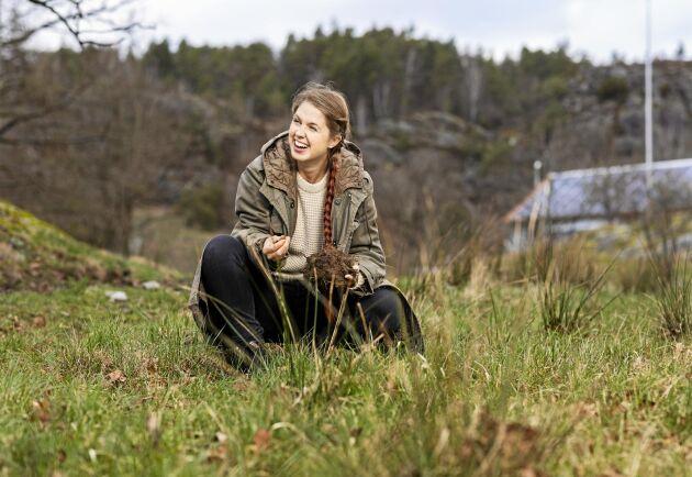 Märta Jansdotter, vd för Gröna gårdar och en av eldsjälarna i regenerativt jordbruk, där hon trivs bäst: på gräsbetet på Bjällansås ute på Bokenäset.