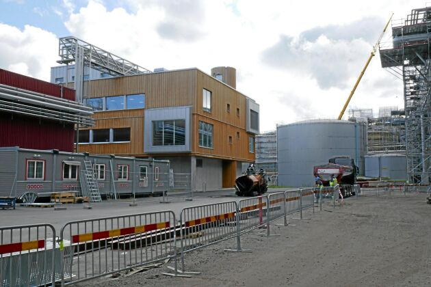 Från den nya, panelklädda byggnaden ska hela massabruket styras.