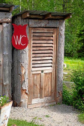 Självklart har även skylten till gästtoaletten gjorts i form av en tulpan.