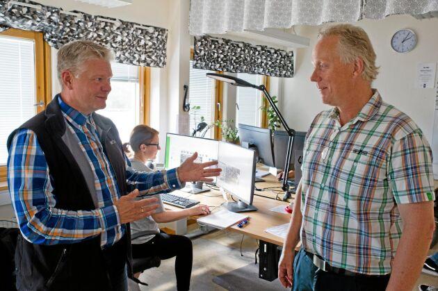En växande andel av virkesmätningen sker numera vid två stationer i landet, här vid VMF Nords Bildmätningsstation i Östersund är Leif Haglund distriktschef, här med VMFs kontrollchef Torbjörn Näslund. Sedan april i år sker även virkesmätning vid SDCs Fjärrmätningsstation i Sundsvall.