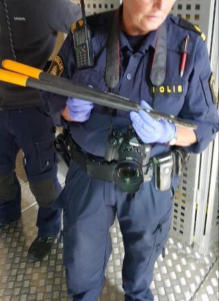 Här visar polisen upp den sekatör som användes vid inbrottet i ett vindkraftverk i Vassmolösa, och som sedan lämnades kvar på platsen.