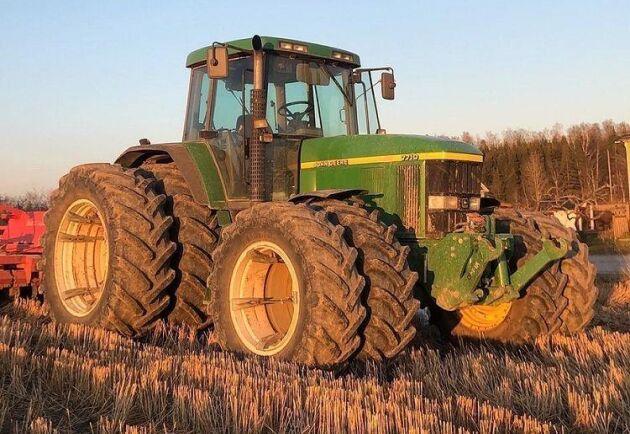 Berga gårds John Deere 7710 i höstbruket.