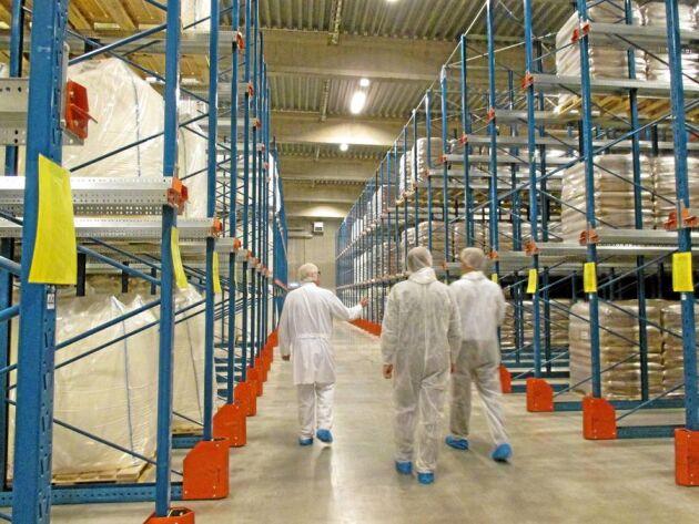 Från Arlas pulveranläggning i Visby har det skeppats 105 miljoner kilo mjölkpulver till Kina årligen de senaste åren. Nu sparas pulvret i lager i väntan på att Sverige åter ska få tillstånd att exportera till Kina.