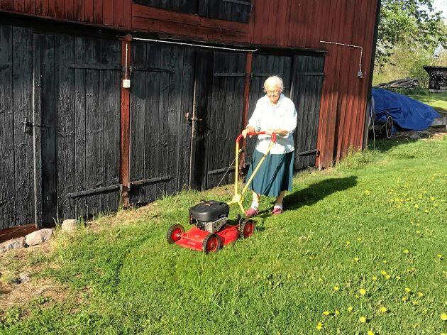 Hon klarar det mest själv, som att klippa gräset på gården.