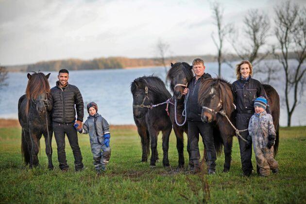 Ahmad med den isländska familjen på Gunvarbyns hästgård. Från vänster: Ahmad med yngste sonen Sindri, Thorleifur, Tone och andre sonen Söndre.