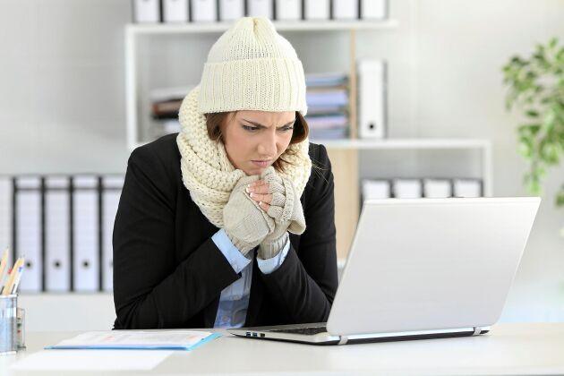 Är du alltid den som fryser på jobbet? Det kan vara så enkelt som att du behöver röra på dig mer i vardagen, men det kan också bero på en bakomliggande sjukdom.