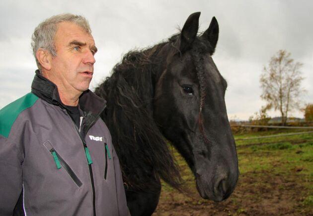 TomasEriksson har varit tränare åt det finska landslaget i fyrspann sedan 1991. I år skulle ha varit det sista året, men årets upplägg blev inte riktigt som det var tänkt på grund av covid-19. Han tar fortfarande även emot enstaka hästar för inkörning. Den här hästen tillhör en kund.