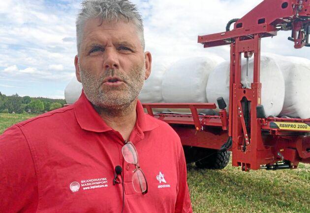 Med balsamlarvagnen följer fördelar som minskad risk för körskador eftersom all trafik sker i samma riktning som balpressen. Dessutom behöver man ingen traktor med frontlastare, säger Magnus Svensson.