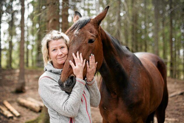 Trots den fruktansvärda hästolyckan har Eva kärlek till hästar aldrig sviktat. Hon var aldrig rädd utan i början mest orolig för att hon inte skulle orka jobba med hästar. Här med varmblodet Perry.