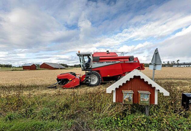 Distansarbete. Erik Milton har sitt lantbruk 100 mil från bostaden i Helsingborg.