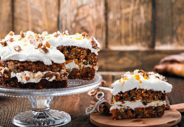 Godaste morotstårtan med citronfrosting och kokos.