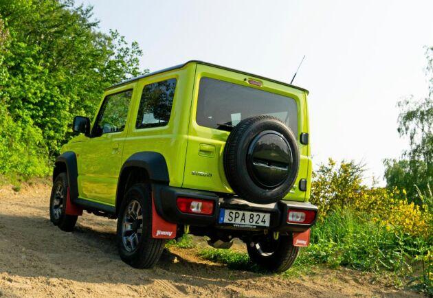 Suzuki Jimnys stora fördel är terrängegenskaperna och den räds varken branta grustag, hisnande utförslut eller fällda trädgrenar.