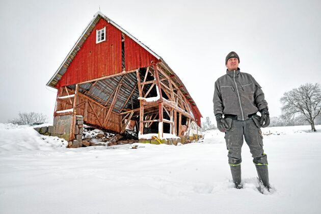 Den tunga snön kan få bygget på fall.