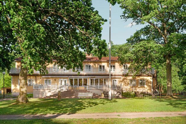 Det gula byggnaden med stora verandor var tidigare barnkoloni. I dag driver Anita och hennes familj Mormors Pensionat Strandhagen med 17 rum.