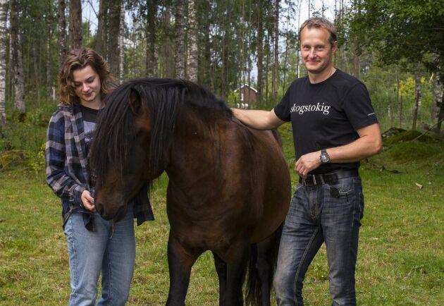Alva och Adam Slottner med Tyr. En trevlig bekantskap, tycker de – hade de haft möjlighet och plats kanske han hade fått stanna i Vike för gott.
