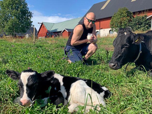 """Mjölkbonden Peter Petersson reagerar starkt på att Oatlys reklam associerar till den fyrtio år gamla informationskampanjen """"Spola Kröken"""", som gick ut på att få människor att minska alkoholintaget. Enligt egen utsago har han under sina 56 levnadsår ätit 30 ton mejerivaror och inte haft en enda sjukskrivningsdag!"""