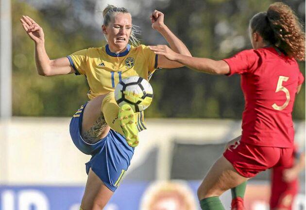 """Stina Blackstenius gör VM-debut. Här i """"uppvärmningen"""", en match mot Portugal i Algarve Cup i våras."""