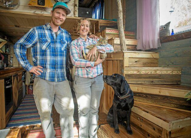 HUSDJUR. Familjen består av Eliza, David, katten Toby och hunden Tiggy, och så hönsen utanför huset såklart.