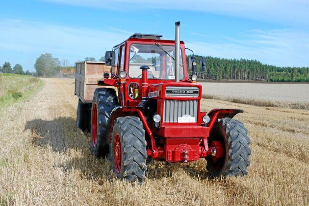 Det händer att Bengt Johanssons 814 används i lantbrukskörning men då mest för skojs skull som här när den kör spannmålstransport åt grannen.