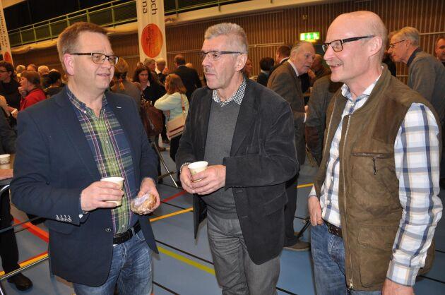 Debattbesökare. Mats Larsson från Vara samtalar med ett par kollegor.