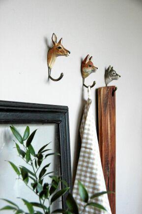 SKURET. Klart handduken ska hänga på räven. Wildlife garden har djuriska, handsnidade krokar för 195 kronor styck.