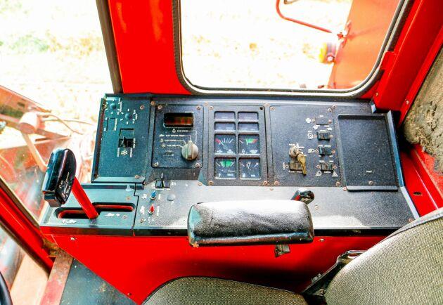 Instrumentbrädan på IH 1420. Framtill syns den stora körspaken. På 1980-talet var det här bland det modernaste man kunde hitta.