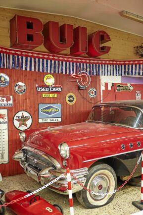 Även jänkare finns i lokalen. Buick 55:a. Drömmen är att i framtiden kunna sälja jänkarbilar i butiken.