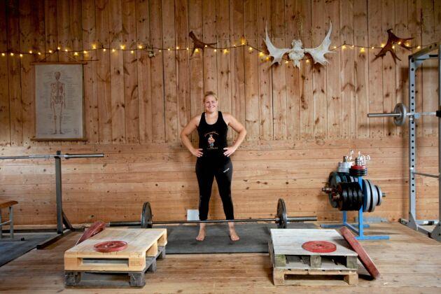 Uppe på logen har Lina inrett ett gym med bland annat lastpallar.