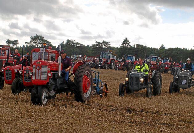 Grå och röda traktorer samlades på 22 hektar mark.