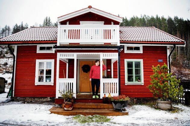 Joar Dahlström framför sitt renoverade 1800-talshus – men den moderna förstukvisten ska han snart riva!